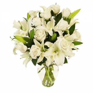 Arranjo de rosas brancas e lírios