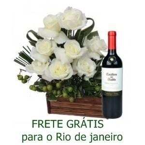 Arranjo de rosas Branca e vinho Casillero Del Diablo