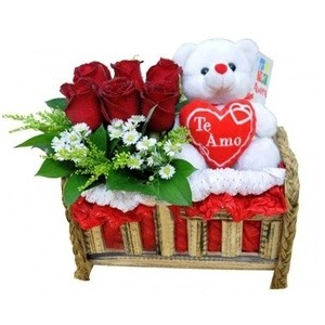 Arranjo de rosas vermelhas no banco mamãe e Bebê