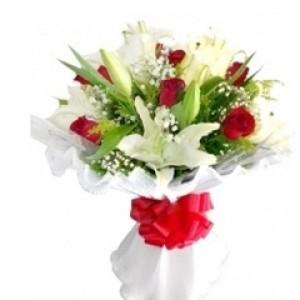Buquê de Lirios Brancos e Rosas Vermelhas
