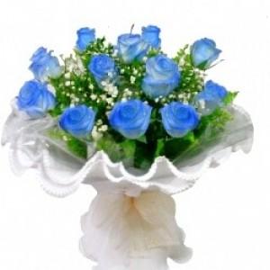Buquê de 13 Rosas Azuis no Papel Crepom
